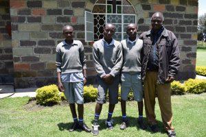 Våra tre åttonde klassare tillsammans med Langat.