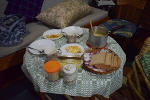 Vår kvällsmat; stekt ägg, mackor, pasta och en kopp te.