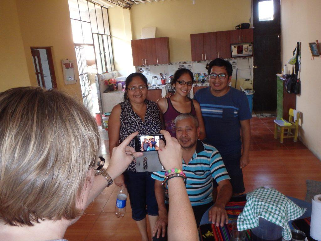 Missionssekreterare Rakel Smetana fotograferar delar av pastorsfamiljen i San Antonio, Chiclayo.