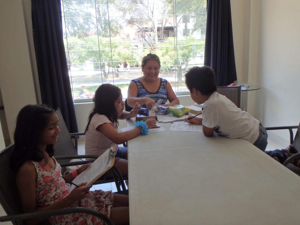 Söndagsskola under gudstjänsten i Piura.